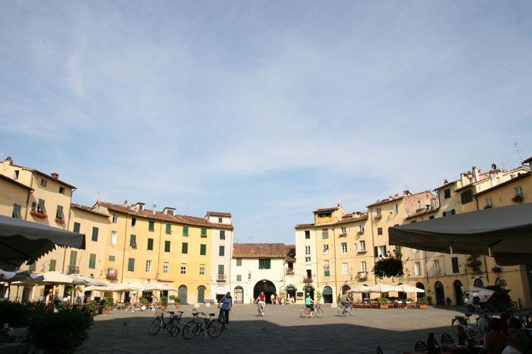 http://www.toscane-toscana.org/photos/toscane-pise-lucques/images/lucques_place_anfitheatre_romain_8412.jpg